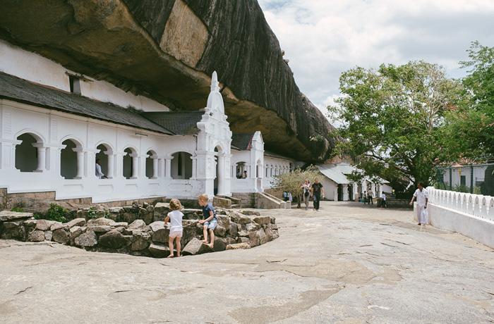 tempel-dambulla-sri-lanka-mit-kindern